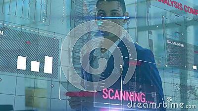 Animatie van een zakenman die een digitale tablet gebruikt in een kantoor met financiële gegevensverwerking stock footage