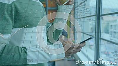 Animatie van een zakenman die een smartphone gebruikt en met financiële gegevensverwerking stock footage