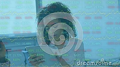 Animatie van een zakenvrouw die een digitale tablet met financiële gegevensverwerking gebruikt stock videobeelden