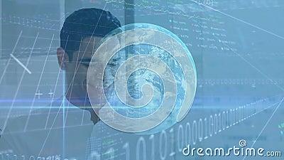 Animatie van zakenman die een smartphone met een financiële wereld, gegevensverwerking gebruikt stock videobeelden