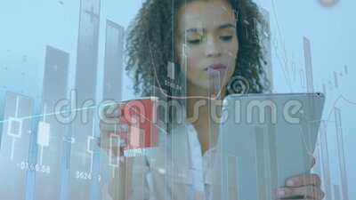 Animatie van zakenvrouw die een digitale tablet gebruikt in een kantoor met financiële gegevensverwerking stock videobeelden