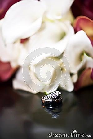 Anéis e flores de casamento
