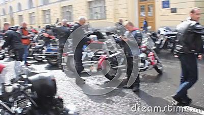 Ankomst av bikare vid Harley Davidson-festivalen stock video