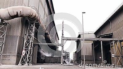 Anlage für die Fertigung von Chemikalien Verunreinigung der Umgebung draußen stock video