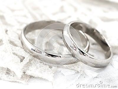 Fermez-vous des anneaux de mariage sur le fond argenté lumineux.
