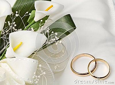 Anneaux De Mariage Avec Le Bouquet De Calla Images stock - Image ...