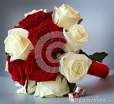 Photo stock: Anneaux de mariage d or sur un bouquet des fleurs pour la ...