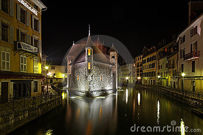 Annecy par nuit Photo stock éditorial