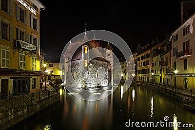 Annecy por noche Foto de archivo editorial