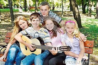 Anni dell adolescenza che giocano chitarra