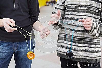 Anni dell adolescenza con i giocattoli del yo-yo in mani. fuoco sui vestiti