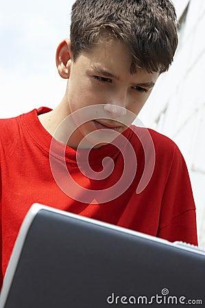 Anni dell adolescenza con il computer portatile