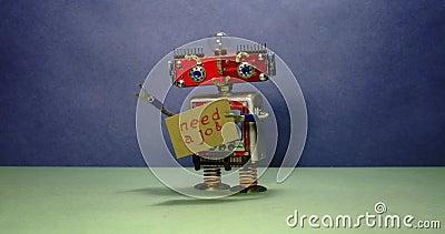 Annons för jobbsökande Den arbetslösa röda roboten önskar att få ett jobb Rolig leksakrobot som går med ett papptecken och stock video