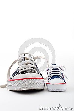 Ans父亲穿上鞋子儿子