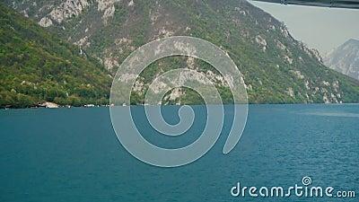 Ansicht der Hügel und der Seen vom Boot stock footage