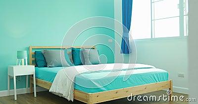 Ansicht des Jungenschlafzimmers in einem stilvollen, klassisch nach Hause entworfen stock video