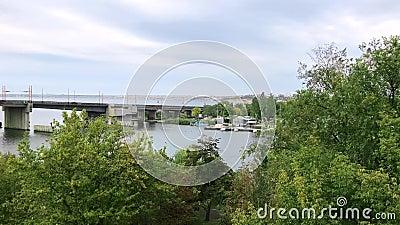 Ansicht vom Ufer von Ingulsky-Zugbrücke in der Stadt von Nikolaev, Ukraine, Herbsttag stock video footage