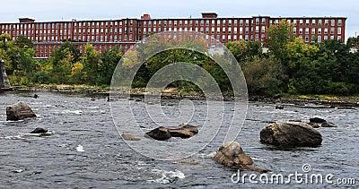 Ansicht von Mühlen entlang dem Merrimack-Fluss Manchester, New Hampshire 4K stock footage