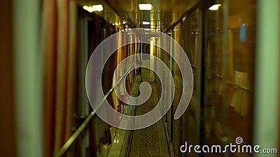 Ansicht zum Schlafwagenkonzept: Noire Vintage schnelle Passagier-Nachtzug innerhalb Wagen Coup erste Klasse stock video