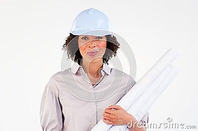 Anspruchsvoller weiblicher Architekt mit Lichtpausen