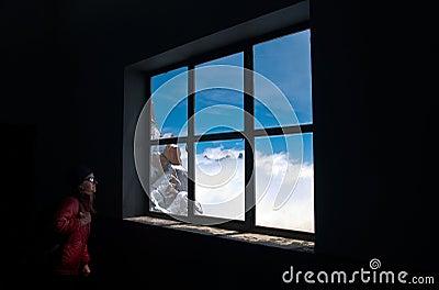 Anstarren entlang des Fensters