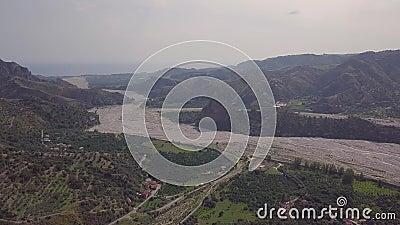 Antena cinemática del paso elevado 4k del pueblo fantasma de Amendolea, Calabria, Italia almacen de video