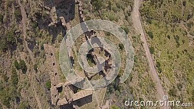 Antena de arriba hacia abajo cinemática 4k del pueblo fantasma de Amendolea, Calabria, Italia almacen de metraje de vídeo