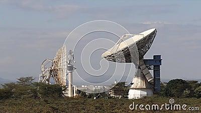 Antena de satélite para radiodifusão de sinais de comunicação, antena parabólica, Quénia, vídeos de arquivo