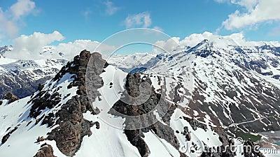 Antena: el volar cerca de pico de alta montaña revela la cordillera coronada de nieve, Mont Cenis, frontera de Francia Italia almacen de metraje de vídeo