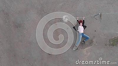 Antena przykuwający wychwytany kobiety pojęcia działanie jak aktorka seansu chorągwiani jest ubranym niebiescy dżinsy i różowa ko zbiory