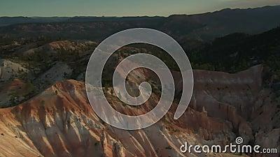 Antena strzelał bryka jaru park narodowy nad niskimi wzgórzami zbiory wideo