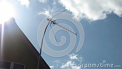 Antenna di televisione sul tetto dei precedenti video d archivio