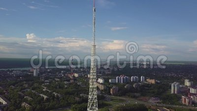 Antenne des Fernsehturms am Herbst Draufsicht des Fernsehturms in der Stadt stock video footage