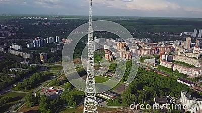 Antenne des Fernsehturms am Herbst Draufsicht des Fernsehturms in der Stadt stock footage