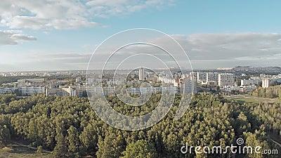 Antenne van de stad die van verafgelegen wordt geschoten Zoute berg Soligorsk wit-rusland stock footage