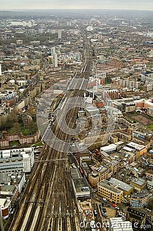 Antennen beskådar av järnvägen, södra London