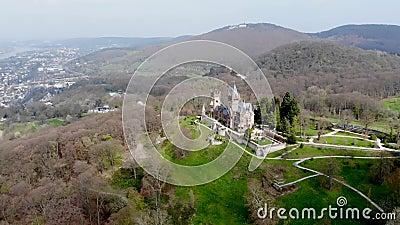 Antiguo castillo aéreo a principios de primavera almacen de metraje de vídeo