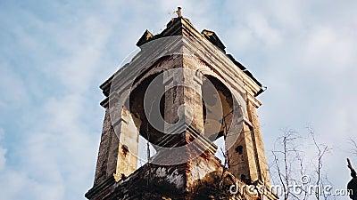Antiguo templo cristiano abandonado contra el cielo en el bosque Muy emocionalmente metrajes