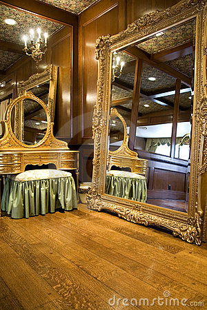 Free Antique Mirror And Dresser Royalty Free Stock Photos - 2122678