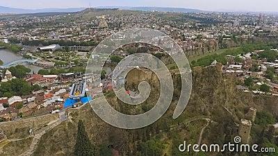 Antyczny Narikala forteca w Tbilisi Gruzja, dziejowy przyciąganie, widok z lotu ptaka zdjęcie wideo