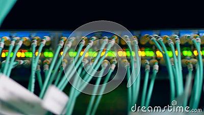 Anzeichenlichter und -schlitze besetzt mit Kabeln stock footage