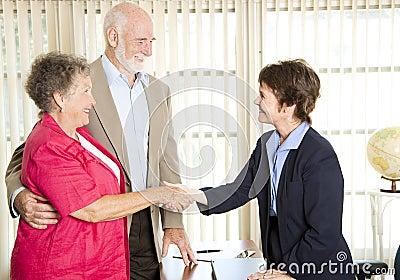 Anziani che incontrano Consigliere finanziario