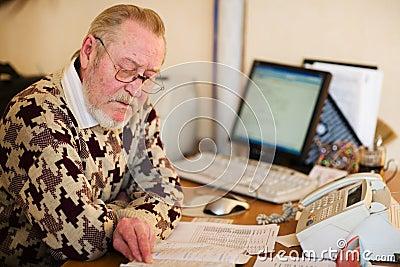 Anziano al posto di lavoro