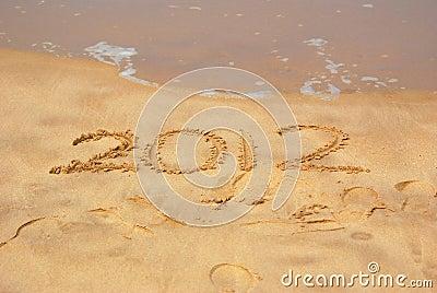Año 2012 escrito en arena