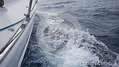 Ao mar do iate branco no fundo do mar acena em Grécia Em geral filme