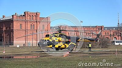 AON van Alliance Avia van de helikopter mi-8TV Ra-24100 luchtvaartlijn vóór start Heilige Petersburg stock footage
