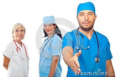 Aperto de mão dos povos da equipa médica