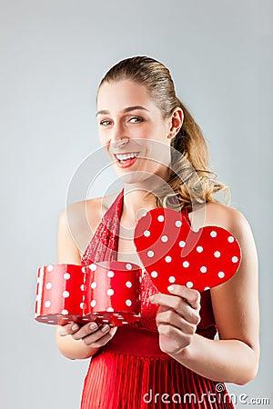Apertura de la mujer presente para el día de tarjetas del día de San Valentín