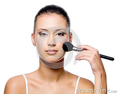 Aplicación de la mujer áspera en cara hermosa