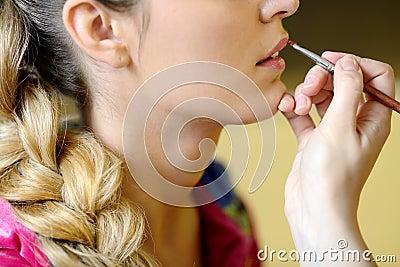 Aplicación de resplandor con el cepillo del maquillaje